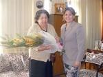 Jenny llegó hasta la oficina de la Gobernadora, quien le entregó un ramo de flores.