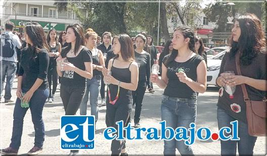 Las alumnas que encabezaban la marcha, llevaban velas encendidas, representando el duelo de haber perdido a mujeres víctimas de femicidio.