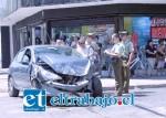 Carabineros intenta establecer responsabilidades en este accidente, mientras un conductor aborda el vehículo para verificar si aún el mismo puede ser conducido.