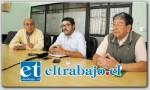 Los artistas Raúl Pizarro y Héctor Villarroel junto al coordinador comunal de Cultura Ricardo Ruiz, en conferencia de prensa invitaron al público a presenciar la exposición.
