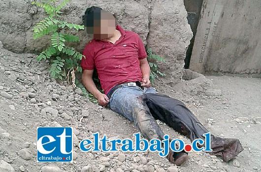 El cuerpo del hombre aún no identificado fue hallado sin vida la mañana de ayer en el Callejón Lo Videla de San Rafael. Aparentemente fue arrastrado y dejado en el lugar ya muerto o a punto de morir, ya que no hay sangre en el suelo.