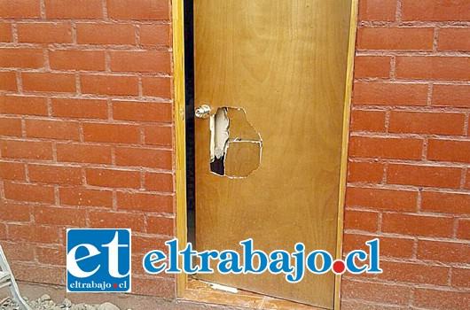 La puerta de ingreso hacia la propiedad del afectado quedó de esta forma, cuando aparentemente sujetos desconocidos intentaban cometer un robo.