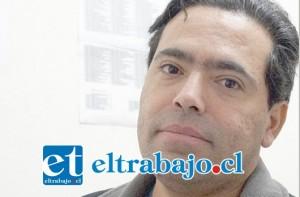 Rodolfo Manríquez, oftalmólogo jefe del servicio, a cargo de operar el Facovitrector.