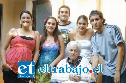 ANITA DE CUMPLE.- En esta gráfica vemos a doña Micaela Sáenz, hoy de 102 años, acompañada por sus adorados nietos: Rocío Lovera, Natalia Silva, Domingo Lovera, Camila Silva y Pedro Lovera.