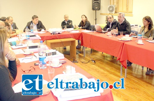 En la reunión, junto a autoridades ministeriales y comunales se presentaron los detalles de prefactibilidad e impacto ambiental del embalse de Calle Larga.