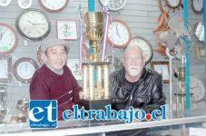 COPA DIARIO EL TRABAJO.- Por este enorme trofeo en forma de copa pelearán cientos de karatekas de más de 20 escuelas de Artes Marciales en agosto.