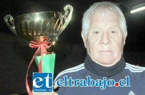 SIEMPRE EL COCOA.- Antonio 'Cocoa' Villarroel muestra a Diario El Trabajo la reciente copa ganada por sus muchachos en El Tambo.
