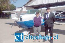 Carlos Carmona, presidente del Club Aéreo de San Felipe, junto a Mauricio Barrere Lafón, sobrino del fundador del Aeródromo.