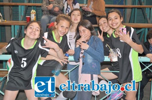 PURA DINAMITA.- Aquí tenemos a las niñas del San Felipe Voley celebrando como nunca esta nueva victoria deportiva.