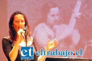 SIEMPRE IVALÚ.- Así brilló Ivalú, con la imagen de Violeta al fondo, en este homenaje especial a Parra.