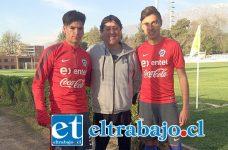 Matías Silva e Ignacio Mesías se integraron a la selección chilena U17. En la imagen se les ve junto a Richard Ponce, su entrenador en las series cadetes del Uní.