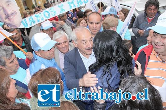RESPALDO TOTAL.- No podía caminar Freire hacia la Plaza Cívica, pues sus admiradores y votantes se lo impedían por tantas muestras de cariño.