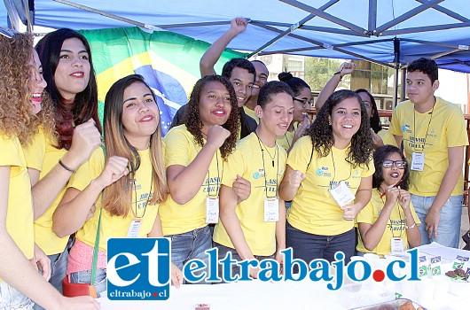 CARIOCAS.- Aquí tenemos a los jóvenes brasileños, ellos también presentaron sus comidas típicas en la Plaza Cívica.