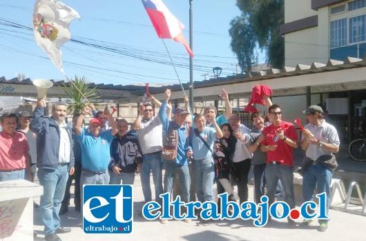 Wladimir Tapia, presidente de la Confederación de Funcionarios Municipales, Asemuch San Felipe, junto a dirigentes y trabajadores de otros servicios públicos, se manifestaron en el ingreso de la Gobernación Provincial.
