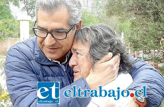 EMOTIVO.- En algunas ocasiones los sanfelipeños fueron e motivos con el político de 45 años, cuando él les visitó en sus casas.