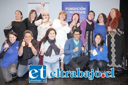NUESTROS CUENTACUENTOS.- Los profesores de Fundación Mustakis, junto a los Cuentacuentos aconcagüinos, posan alegres para las cámaras de Diario El Trabajo.
