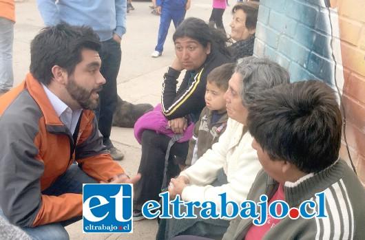 CARA A CARA.- Las cámaras de Diario El Trabajo encontraron  ayer a este candidato en plena campaña.