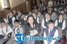 PEQUES ENCANTADOS.- Fueron once cuentos cortos los que fueron relatados por las estudiantes y profesores de la escuela, al teatro municipal asistieron 50 estudiantes de la Escuela José de San Martín.