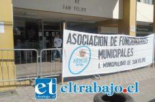 Trabajadores de la Municipalidad de San Felipe extenderán paralización durante toda la jornada de hoy viernes.