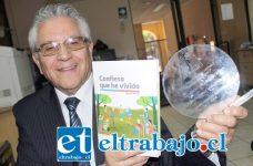 UN GANADOR.- Hernán Urbina, muestra en nuestra Sala de Redacción, el libro que publicaron su historia, y el galvano que recibió por su primer lugar en la V Región, contra 350 escritores más.