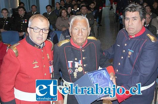 LLEVA 73 AÑOS COMO BOMBERO.- Ismael Herrera, es uno de los tesoros vivientes de esta compañía de Bomberos, en San Felipe.