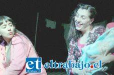 HISTRIONISMO ACTORAL.- Ellas son las bellas actrices Carina Aspillaga y Amanda Puentes, encargadas de interpretar a María y a Clara, ambas mujeres embarazadas y en apuros.