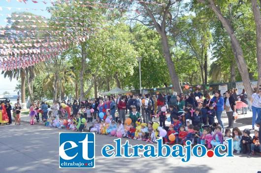 La importante ceremonia aniversario, se efectuó en la Plaza de Armas de esta comuna, y contó con la participación del alcalde protocolar José Grbic y del concejal David Olguín, además de directores, docentes y de cientos de niños escuelas, colegios y jardines infantiles..