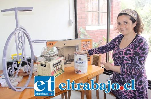 TODOS CON PAULITA.- Doña Paula Quivira muestra a Diario El Trabajo sólo parte de los premios que podrán ganar quienes jueguen este Bingo Solidario.