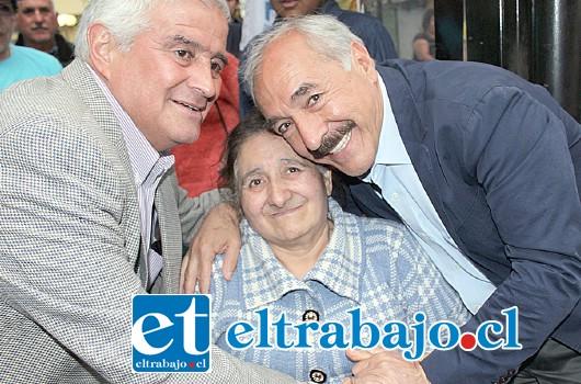 CARIÑO Y APOYO.- Hasta en silla de ruedas acudieron a celebrar con Freire, el alcalde también supo corresponder el apoyo.