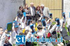 TAMBIÉN TABLETS.- Los niños felices, porque con recursos del Ministerio de Educación, ahora tienen 27 tablets para su trabajo en clases.