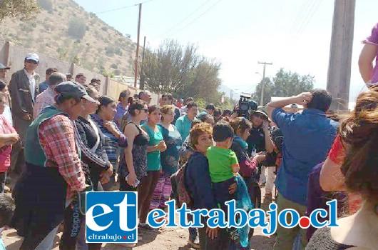 Los vecinos de la comunidad La Higuera en Santa María, protestaron en las afueras de la vivienda donde reside el menor.