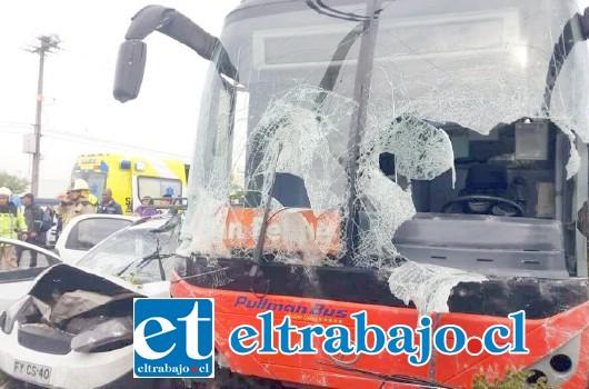 La violenta colisión entre el bus de empresa Pullman y el vehículo menor deja en evidencia la gravedad del suceso ilustrada en  esta fotografía.