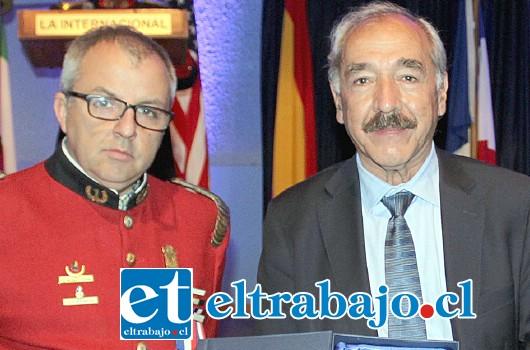 FREIRE PREMIADO.- El alcalde en título de San Felipe y candidato al mismo cargo, Patricio Freire, recibió un reconocimiento de Bomberos, por su apoyo al desarrollo de esa Compañía.