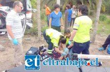 Los lesionados fueron asistidos por personal del Samu tras el accidente en la carretera General San Martín (Fotografías: Emergencia V Cordillera).