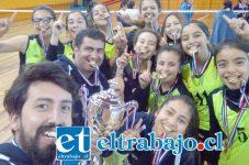 Ellos son los técnicos y jugadoras del San Felipe Voley U17, las nuevas campeonas nacionales en esa categoría, sanfelipeñas que hicieron morder el polvo a sus rivales durante todo el año.