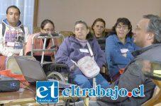 El taller tuvo como relator, al profesional no vidente del Programa San Felipe Inclusivo, Claudio Gregoire, quien abordó temas relacionados con el autoconcepto de los 13 vecinos también ciegos que están participando en la capacitación.