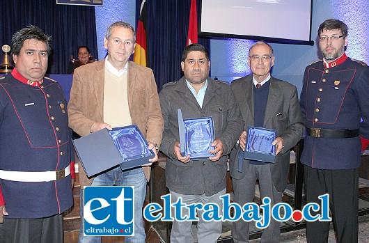 COOLABORADORES.- José Sarraf, el dirigente vecinal Claudio Pantoja, Patricio Pentzke, Sabine Patermann  y Alejandro Albanés, fueron reconocidos por sus aportes a Bomberos San Felipe.