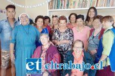 ABUELOS REGALONES.- Nuestra bella candidata compartió tiernamente con los abuelos del Club del Adulto Mayor Santa María de la esperanza, de Villa Industrial, como parte de sus actividades sociales del concurso.