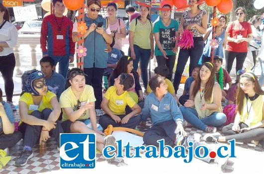 Los alumnos de las escuelas especiales junto a estudiantes de la carrera de Educación Diferencial comparten durante la actividad.