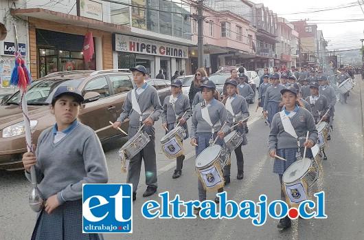 CONQUISTAN CHILOÉ.- Los chilotes disfrutaron en algunas de sus ciudades de esta presentación estudiantil.
