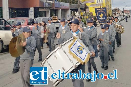 GRANDE CHIQUILLOS.- En el puro corazón de Castro, nuestros chicos de la banda de la Escuela Carmela Carvajal brillaron con luz propia.