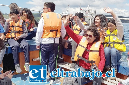 APODERADOS TAMBIÉN.- Los apoderados que viajaron también disfrutaron con sus niños de algunos paseos en el mar.