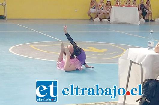 Anahís Cisternas, derrochando en la pista todo su talento para encantar al jurado y al respetable.