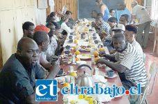 Los ciudadanos disfrutando del desayuno preparado para ellos. (Foto Gentileza KM Producciones).