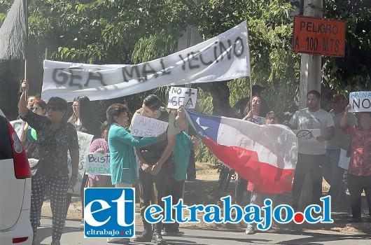 Una de las dirigentes conversa con Carabineros durante la protesta. (Foto gentileza Pedro Muñoz).