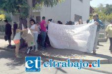 Los vecinos y familiares del menor protestan en las afueras de las oficinas del FAE.