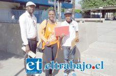 Tres ciudadanos haitianos durante la realización de trámites en San Felipe.
