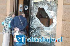 El vidrio de 1,5 de espesor que los delincuentes rompieron para entrar a la joyería Ónix.