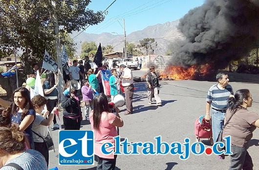 En la imagen se puede apreciar el bloqueo de la calle a través de la quema de neumáticos. (Foto Flavia Vera Olguín).