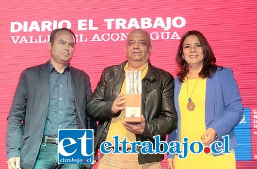 PREMIO A DIARIO EL TRABAJO.- Miguel Ángel Juri recibe de manos de la Seremi de Cultura, Nélida Pozo, el premio Arte y Cultura 2016, otorgado en la categoría Medios de Comunicación.